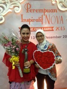 Damae bersama Perempuan Inspiratif Nova 2013 kategori Perempuan & Teknologi, Mira Julia.